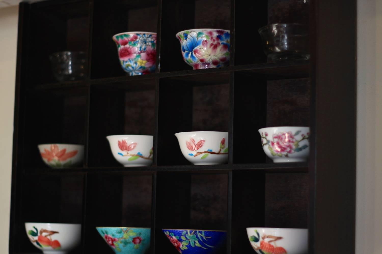 お店に茶器が飾られています