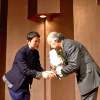 富永会長から羽生先生へ花束贈呈の様子