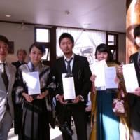 受賞の学生達と富永会長