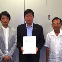 富永 建築会会長、瀧 東海大学校友課長、金崎 建築会相談役