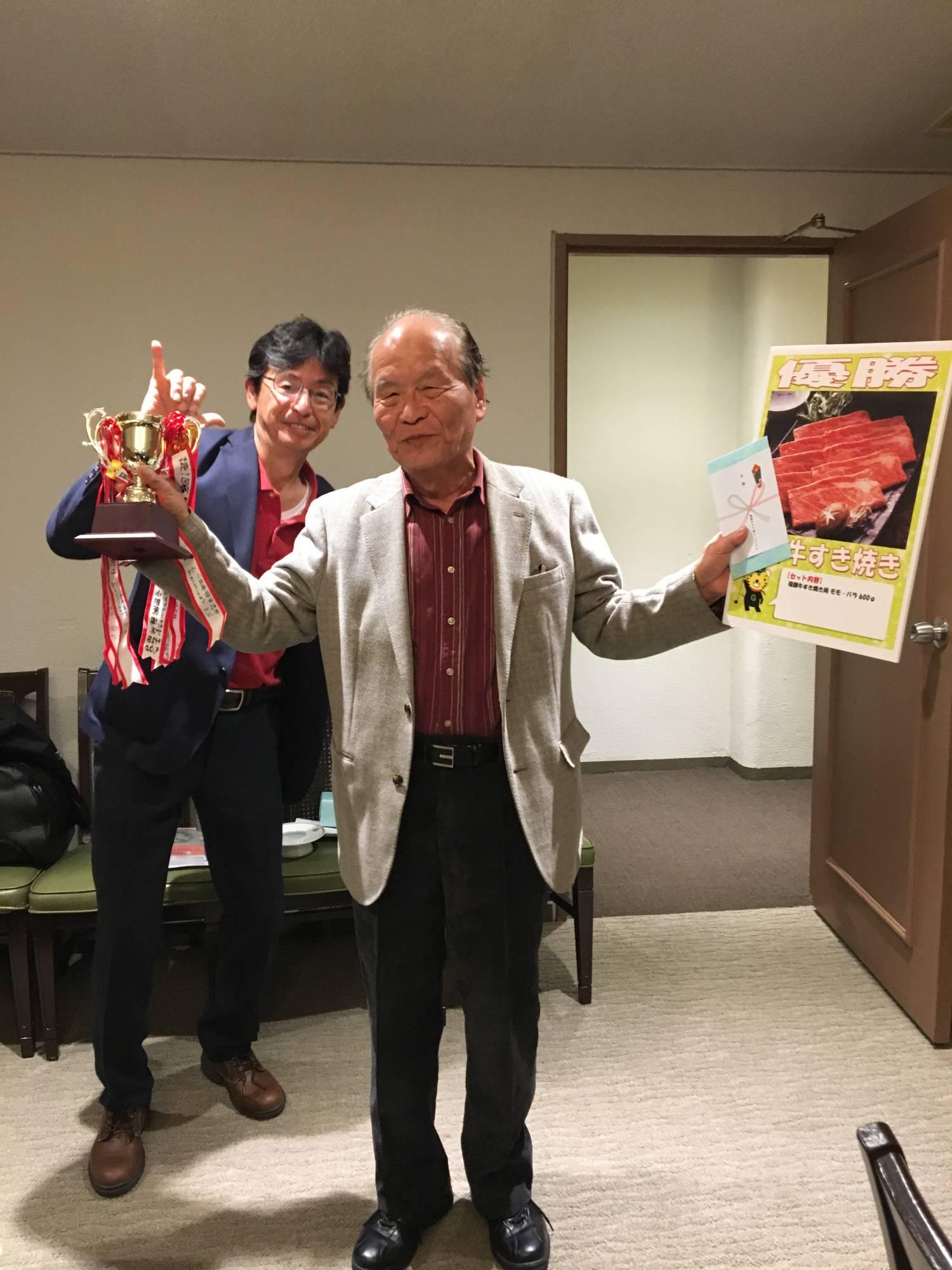 完全優勝の稲葉先生と幹事の山田氏