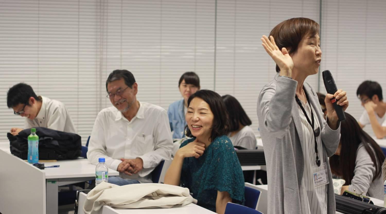 左から篠原史彦さん、非常勤講師の池嶋千里先生、篠原奈緒子さん、岩田利枝先生
