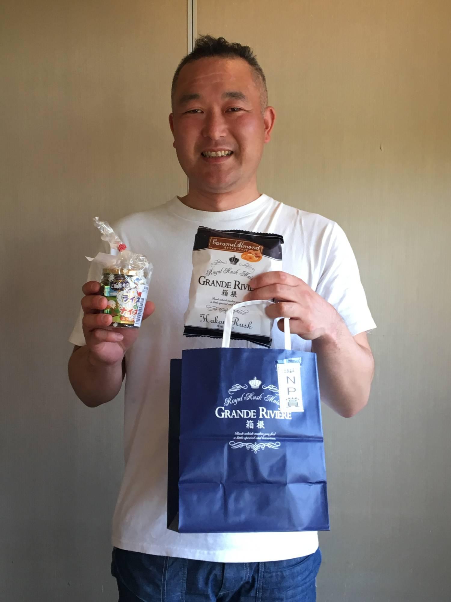 ニアピン賞の2種類の景品。ライスでナイスオンはご飯のおかず。おいしいラスクは支配人ご提供の景品。藤田さん