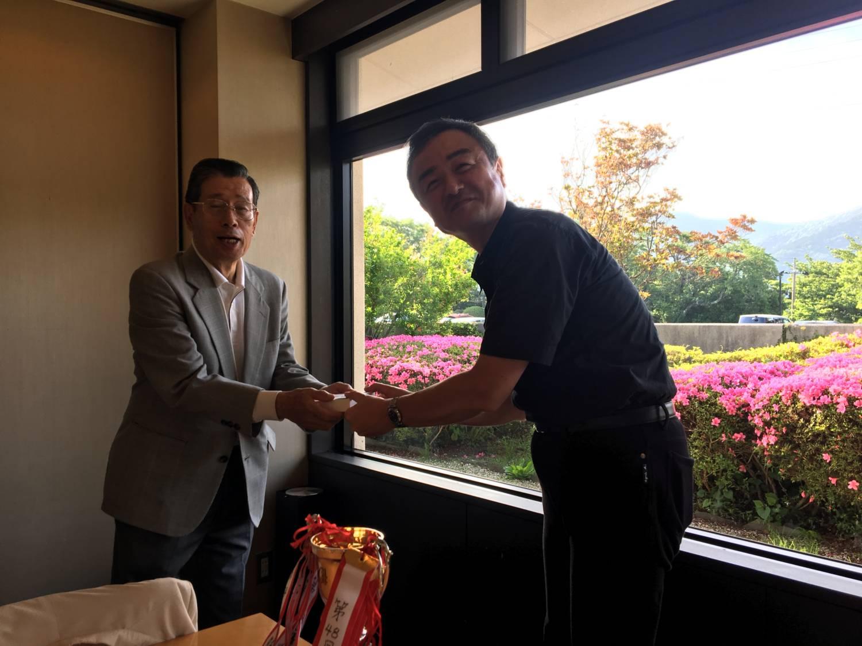 田中先生より景品を受け取る 第3位の上田さん