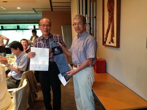 稲葉先生と前々回優勝の中田正臣氏。お土産のフックタオル。流石にボールやクラブは拭けません。