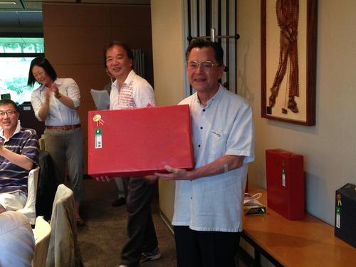 優勝者の金崎重信氏。一番大きな賞品。