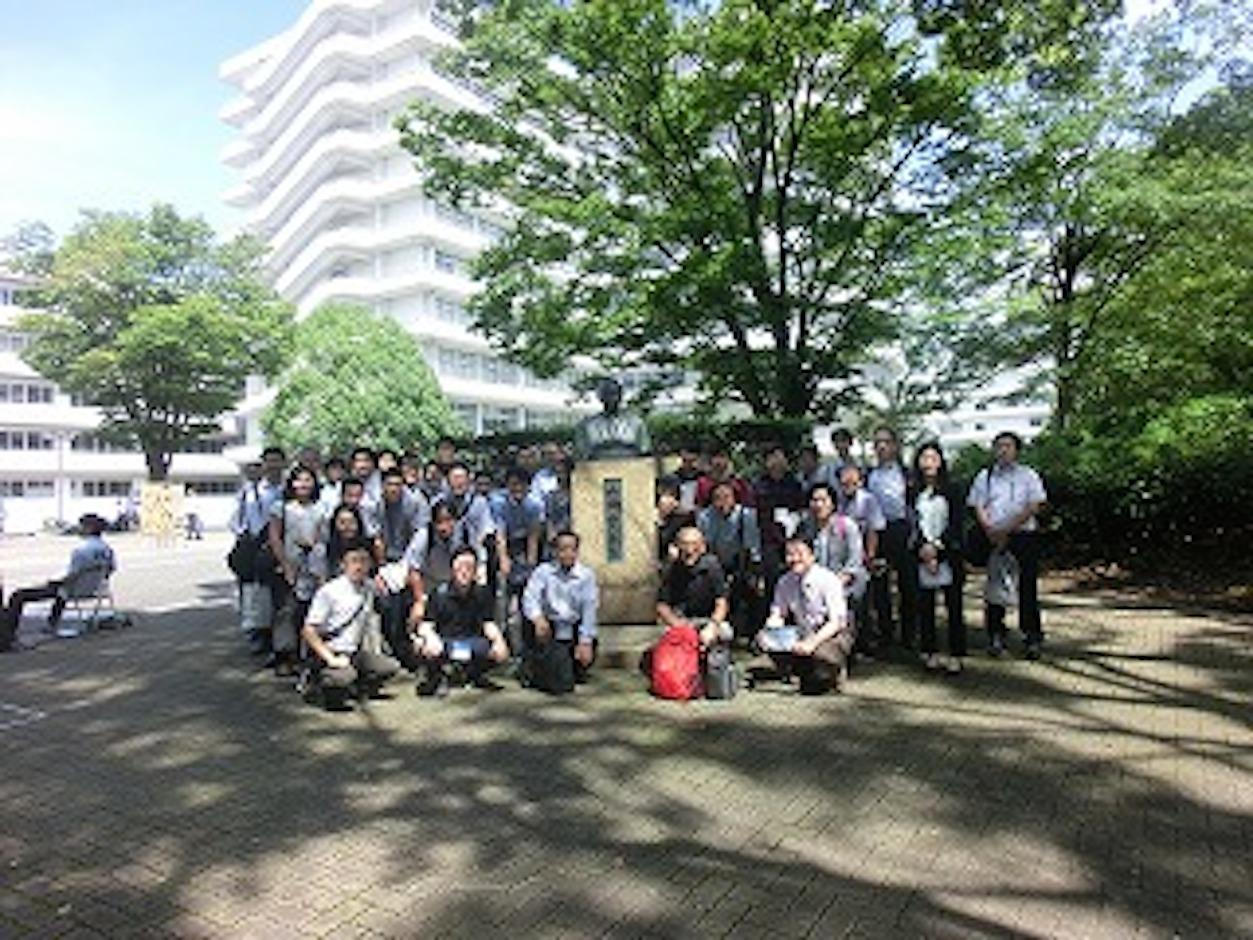 3号館前の山田銅像